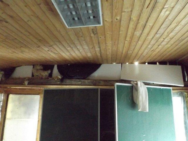 Het plafond van café Bethlehem. Nodig toe aan reparatie.