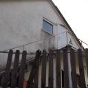 Fasada moet geverfd worden en er moet een leuning komen (latten) aan de trap naar de zolder. Op dit moment te gevaarlijk voor kleine kinderen.