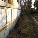 Langs het huis aan de kant van de weg is een greppel gegraven omdat er teveel water door de muur van de kelder heen trekt. Greppel moet verder worden uitgediept tot onder het huis waarna er een laag teer overheen komt en in de greppel een drainagebuis.