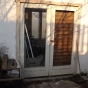 De kampwinkel: moet worden afgebouwd (electra, muren, deur, iets van een toonbank) en ingericht.
